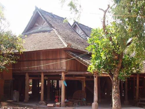 傣族竹楼傣族竹楼是另一种干栏式住宅.云南西双版纳是傣...